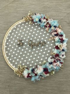 Porta alianzas en bastidor con flores preservadas Elegant Wedding, Diy Wedding, Wedding Rings, Husband Anniversary, Floral Hoops, Ring Pillow Wedding, Wedding Welcome Signs, Wedding Hair Flowers, Embroidery Hoop Art