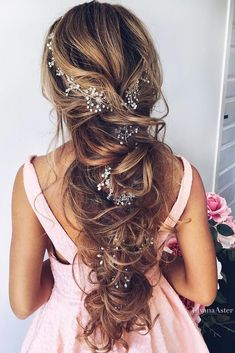 Chic wedding hairstyles for long hair. From soft layers, braids chignons, to half up half down hairstyles, there are many options for brides to consider. click now to see more. Romantic Wedding Hair, Long Hair Wedding Styles, Wedding Hair Down, Long Hair Styles, Chic Wedding, Trendy Wedding, 1920s Wedding, Wedding Flowers, Wedding Beach