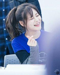 Bright smile Yuna @ ellense fansign (©gphotoz_) . . #AOA크림 #유나 #혜정 #찬미 #질투나요BABY #ImJellyBABY  #에이오에이 #Yuna #Hyejeong #Chanmi #에이오에이크림 #AOACREAM #kpop #choa #jimin #mina #seolhyun #ellensse