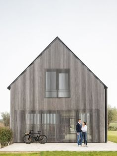 Nu is het b… Bunkers – a project that shows how beautiful a renovation can be! Now it has become a bed & breakfast with very beautiful sliding doors and a beautiful facade. Architecture Résidentielle, Wooden Facade, Timber Cladding, Local Architects, Modern Barn, Modern Farmhouse, Modern House Design, Modern Wood House, House In The Woods