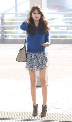 SNSD's Sooyoung // sweater layered over summer floral dress for fall Snsd Airport Fashion, Snsd Fashion, Girl Fashion, Girls Generation, Japanese Fashion, Asian Fashion, Yuri, Sooyoung Snsd, Sweater Layering