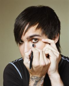 Pete Wentz, you're attractive putting that eyeliner on ♥
