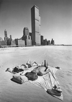 With the World Trade Center as backdrop, the temporary beach on the side of what would become Battery Park City was an urban sunbather's dream. Park City, Monuments, World Trade Center Nyc, Trade Centre, New York City, Battery Park, Hudson Yards, Vintage New York, Time Photo