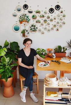 Кто-то выращивает любимые цветы на приусадебном участке, лоджии, кухонном подоконнике, а кто-то, например, Sarah K. Benning, делает это на ткани при помощи иголки и ниток. Сара К. Беннинг — американская художница, в настоящее время живет в Менорке, Испания. Родом из Балтимора, она закончила художественную школу при Чикагском институте искусств. Вскоре после получения образования, в 2013 году,…