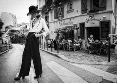 La mairie de Paris a dévoilé la campagne de la prochaine semaine de la mode qui se déroulera dans la capitale du 29 septembre au 7 octobre.Photographiée par Philippe Jarrigeon, le finaliste du Festival International de Mode et de Photographie de Hyères en 2008, le cliché met en scène une..