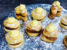 Resep l Gerda se vlaskywe met sjokolade- en pekanneut-vulsels South African Recipes, Sweet Tarts, Dessert Recipes, Desserts, Doughnut, Recipies, Cheesecake, Muffin, Cooking Recipes