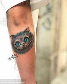 """""""Microrealismo de 7cm de Cheshire, el gato de """"Alícia en el país de las maravillas"""" de Tim Burton que la guapísima de Cristina vino a hacerse conmigo el lunes."""" Animal Tattoos For Men, Tattoos For Women, Tattoos For Guys, Tim Burton, Explore Tattoo, Alice In Wonderland Characters, Small Forearm Tattoos, Adventures In Wonderland, Cheshire Cat"""