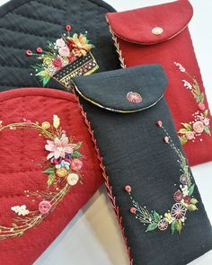 No photo description available. Bullion Embroidery, Embroidery Purse, Hand Embroidery Flowers, Baby Embroidery, Flower Embroidery Designs, Hand Embroidery Stitches, Silk Ribbon Embroidery, Sewing Art, Sewing Crafts