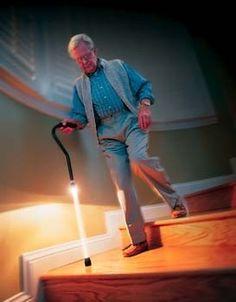 Canne lumineuse pour éclairer son chemin.  Disponible sur Pixmania http://www.pixmania.fr/sante/aic-canne-lumineuse/18210817-a.html  Pathlighter Lighted Safety Cane - $39.95 - #WalkingCane