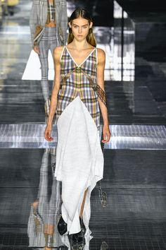 Burberry | Ready-to-Wear Autumn 2020 | Look 43 Fall Winter, Autumn, Fashion 2020, Burberry, Ready To Wear, Womens Fashion, How To Wear, Dresses, Vestidos