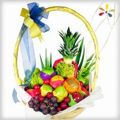FRUTAL CON PAPEL DE CHINA DE COLORES Diseño compuesto por variedad de fruta de temporada en canasta de mimbre con varas y papel de china de colores.