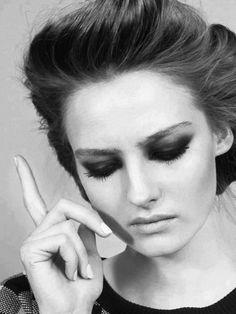 Kadın olmak: Ahlaksızlaşmadan Alımlı, Çocuklaşmadan Masum,  Sertleşmeden Cadı, Laubalileşmeden Esprili,  Ağlaklaşmadan Duygusal,  Taşlaşmadan Güçlü,  Kasılmadan Ölçülü,  Soğuklaşmadan Zarif,  Kibirlileşmeden Zeki....  Hep anaç, hep duygulu, hep güçlü, hep güzel, hep kibar olmak...
