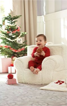 The best way to make a souvenir of your baby's first Christmas is to take photographs. Here are Ideas for baby's Christmas photos. Babys 1st Christmas, Winter Christmas, Christmas Holidays, Christmas Decorations, Christmas Morning, Cottage Christmas, Favorite Holiday, Holiday Fun, Holiday Photos
