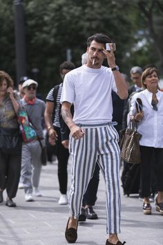 white t-shirt with blue striped trousers and brown loafers Summer Fashion Outfits, Cool Outfits, Casual Outfits, Mode Masculine, Look Man, Mein Style, Gentleman Style, Mens Clothing Styles, Streetwear