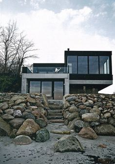 Beach house in black and concrete