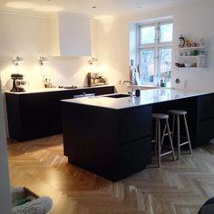Black Tinta kitchen with white tabletop ✔️ Cred: Maria Mejdahl Tinta by Kvik. Kitchen Table Makeover, Diy Kitchen Decor, Modern Kitchen Design, Interior Design Kitchen, Updated Kitchen, New Kitchen, Black Kitchens, Home Kitchens, Kitchen Black