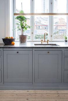 Innreder med nydelige farger i alle rom | Boligpluss.no Buffet, Kitchen Design, Dining, Storage, House, Furniture, Home Decor, Villa, Interiors