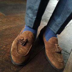 Sprezzatura-Eleganza Perfect length of trouser with suede tassel loafers Mens Fashion Blog, Fashion Mode, Fashion Tips, Mens Style Guide, Men Style Tips, Suede Shoes, Shoe Boots, Suede Loafers, Brogues