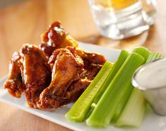 Deliciosa Botana de alitas de pollo con la Salsa Original Buffalo. Te encantará acompañar estas deliciosas wings de pollo con unos deliciosos tronquitos de apio y un exquisito aderezo ranch.