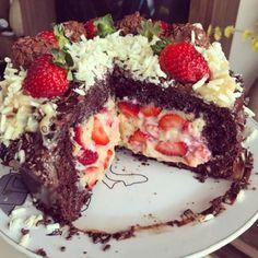 O Recheio de Leite Ninho com 3 Ingredientes do Chefe Kadu Barros (@chefekadubarros) é o mais fácil, rápido e delicioso que você já provou. Com ele, os seus bolos, bolos bombom, bolos de pote e naked cakes ficarão deliciosos, além de lindos, e você não vai gastar muito do seu dinheiro, nem do seu tempo. Sweet Recipes, Cake Recipes, Dessert Recipes, Party Desserts, Just Desserts, Candy Cakes, Weird Food, Small Cake, How Sweet Eats