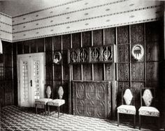 """Speisezimmereinrichtung in der Wohnung der Familie Knips. Design: Josef Hoffmann. 1909. Eichenholz, schwarz gebeizt. Abgebildet in """"Deutsche Kunst und Dekoration"""". 1909"""