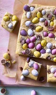 Easter egg blondies - Easter egg blondies Share these mini egg topped blondies with your lucky bunnies this Easter. Sweet and fudgy, and not unlike cookie dough, this easy traybake will make your holiday. Slow Cooker Desserts, Cooker Recipes, Crockpot Recipes, Baking Recipes, Dessert Recipes, Recipes Dinner, Mini Eggs, Easter Brunch, Easter Dinner