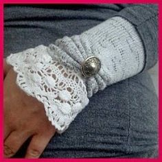 Transform socks into wrist warmers. Lots more on my Style board my leg ~ Wrist ~ Arm Warmers Board. Want to make and wear to church. Also, make the leg warmers too. Very pretty decorated ones. Diy Clothing, Sewing Clothes, Thrift Clothes, Recycled Clothing, Clothes Crafts, Sewing Hacks, Sewing Crafts, Sewing Diy, Tutorial Sewing