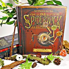 Einer meiner größten Schätze im Buchregal sind 'Die Geheimnisse der Spiderwicks' und kein Geringerer als Thimbletack persönlich führt uns durch das die Welt der Kobolde, Elfen und anderen magischen Wesen.  Es ist schon ein kleines Erlebnis wenn man durch dieses aufwendig illustrierte Buch blättert. #Spiderwick #HollyBlack #tonyditerlizzi #Illustrations #Illustrationen #buch #buecher #kobold #feen