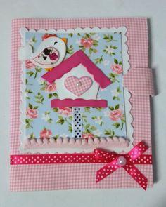 Linda capinha para caderneta de vacinação feita em EVA revestida com tecido.  Com bolsinhos para colocar o cartão do convênio e documentos.  Pode personalizar com o nome do bebê. Várias cores e estampas.
