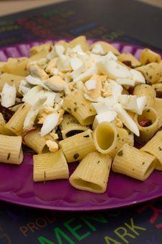 Pasta con fuet, higos secos y huevo duro. ¡Una pasta agridulce, original y deliciosa! http://elbauldelasdelicias.blogspot.com.es/2013/09/pasta-con-fuet-higos-y-huevo-duro.html