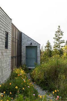 Couple builds themselves cedar-clad retreat Little Peek on Maine island Screen Porch Systems, Maine Islands, One Storey House, New England Farmhouse, Journal Du Design, Cedar Shingles, Enclosed Patio, White Cedar, Porche