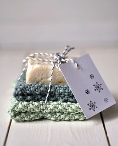 Make soap yourself as a gift idea on Smilla's feeling of wellbeing – diy home crafts Diy Christmas Gifts For Boyfriend, Diy Gifts For Girlfriend, Diy Gifts For Dad, Diy Gifts For Friends, Homemade Gifts, Christmas Diy, Fun Projects For Kids, Crafts For Teens To Make, Diy Crafts To Sell