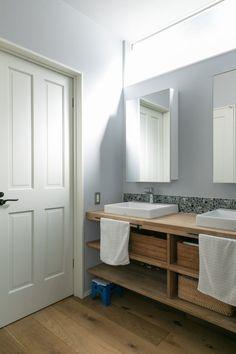 森の中のような心地よさ開放感と落ち着きのちょうど良いバランス | 100%LiFE Double Vanity, New Homes, Bathroom, Interior, House, Life, Style, Bath, Washroom