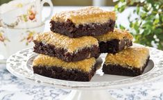 Chokladrutor med kokostosca Candy Recipes, Cookie Recipes, Great Recipes, Yummy Snacks, Delicious Desserts, Yummy Food, Danish Dessert, Sweet Cooking, Food Cakes
