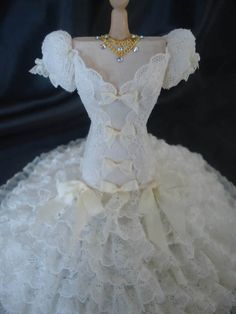 Gorgeous lace weddinggown 1/12th scale. door LittleDayDreamStore