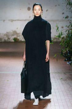 Jil Sander Fall 2019 Ready-to-Wear Fashion Show - Vogue Fashion Over, Curvy Fashion, Look Fashion, Urban Fashion, Runway Fashion, Womens Fashion, Fashion 2017, Jil Sander, Edgy Outfits