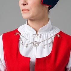 Skjortebryst med sølje. Finnmark Folk Costume, Costumes, Summer Outfits Women, Norway, Ethnic, Ruffle Blouse, Street Style, Culture, Barn
