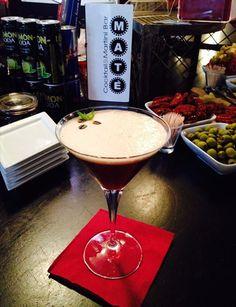 Espresso Martini                      Absolut Vodka shakerata con liquore al caffè Kahlúa, Crème de Cacao e un espresso. L'essenza del caffè in un Martini.