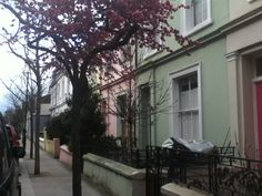 I'm arrived in London for the seventh time in my life and I'm always so exited to go there because for me, London is the most incredible town of the world. Here, we are at Nothing Hill, it's my favourite neighborhood, the houses are very very cute and I really love the film Nothing Hill with Julia roberts and Hugh Grant.