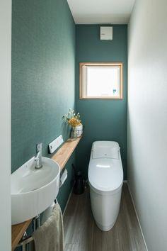 深めのグリーン系アクセントクロスと白のコントラストに… - En Tutorial and Ideas Wc Design, House Design, Small Toilet, Toilet Room, Natural Interior, Tiny House Plans, Washroom, Small Bathroom, Building A House