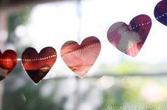 Guirlanda de corações cortados de revista. http://www.minhacasaminhacara.com.br/decoracao-em-clima-de-dia-dos-namorados/