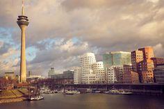 Düsseldorf Gezi Rehberi, Kuzey Ren-Vestfalya eyâletinin başkenti büyülü şehir Düsseldorf, Ren Nehri kıyısında kurulmuş Almanya'nın önemli kültür, sanat, moda ve fuar kenti. beni en çok etkileyense mimari yapısı.