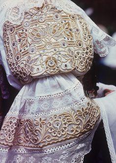 Detail rukáva, výšivka kovovou niťou, z obce Abrahám na FS Myjava, 1988.