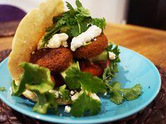Pitaleivät falafeleillä ovat yksi kasvisruokasuosikeistani! Ruoka on erittäin nopea tehdä, koska se tarvitsee oikeastaan vain koota.