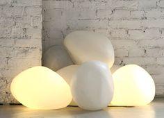 OLIS: piedras de luz, para interiores y exteriores. Espectacular diseño de lámpara para el suelo, tanto en interiores como exteriores, con la forma y textura de una piedra pulida. Utiliza tecnología LED en su interior.      #Iluminacion
