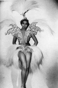 Josephine Baker the Queen of extravagant and beautiful costumes! I wonder what burlesque lovely would pull this off? Josephine Baker, Vintage Black Glamour, Vintage Beauty, Makeup Vintage, Old Hollywood, Divas, Renaissance Era, Harlem Renaissance Fashion, Dita Von Teese