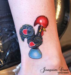 Also want a Galo de Barcelos to honor my Portuguesa side. This is nicely shaded. Hahn Tattoo, I Tattoo, Tattoos For Guys, Cool Tattoos, Tatoos, Portuguese Tattoo, Rooster Craft, Rooster Tattoo, Ink Addiction