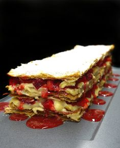 Be sure that this fresh and perfectly crispy strawberry mille-feuille filled with homemade pastry cream, won't last a day. French Deserts, Cut Strawberries, Homemade Pastries, Strawberry Sauce, Cold Cream, The Dish, Caramel, Almond, Sweets