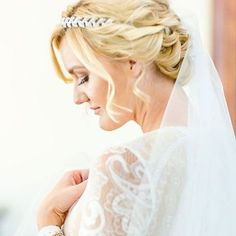 Jules it was such a pleasure to take your bob hair and create a beautiful up style for your wedding day! I'm Still so amazed by #juliacameronstyle exquisite one of a kind dress! Not only is her dress beautiful but she designs the most beautiful jewellery.  Bride Hair - @ceciliafouriemh Photos by: @claire_nicola Venue: @molenvliet_vineyards Flowers: @leipzigfloral #shorthair #upstyle #bridalhair #hairstyling #weddingdress #capetown #weddingdress #shortupstyle #shortbridalhair #wedding…