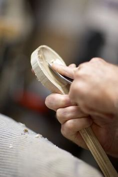 The boys could each learn how to make their own. DIY: how to carve wooden spoons Diy Projects To Try, Wood Projects, Woodworking Projects, Kids Woodworking, Wood Crafts, Diy Crafts, Carved Spoons, Bois Diy, Got Wood